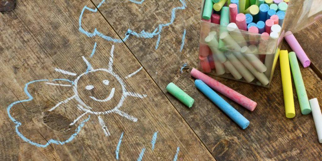 Straßenmalkreide macht die Kinder Welt bunter