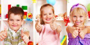 Kinder freuen sich über ihre Spielzeugkiste