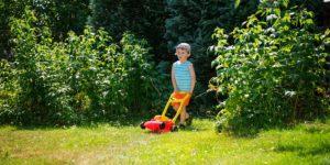 Mit einem Kinderrasenmäher helfen auch die kleinen bei der Gartenarbeit