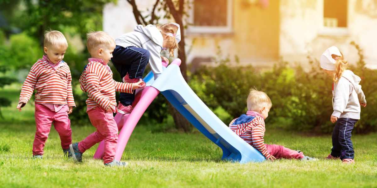 Die Kinderrutsche für den Garten ist ein Spaß für Kinder