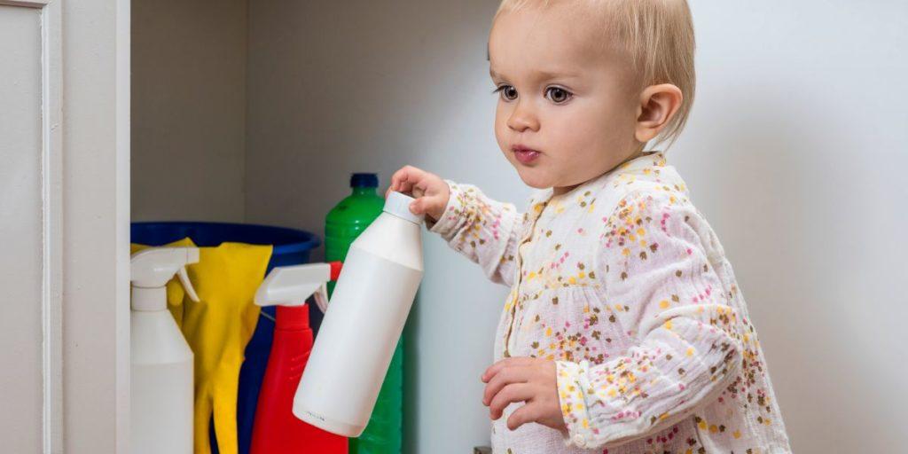 Auch Reinigungsmittel sollten zur Erhöhung der Kindersicherheit im Haushalt verschlossen aufbewahrt werden