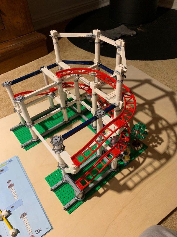 Das Grundgerüst der Lego Creator Achterbahn steht