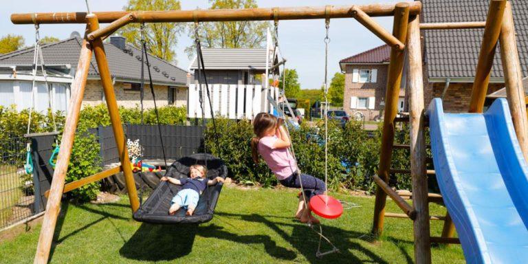 Schaukel mit Rutsche im eigenen Garten, der persönliche Spielplatz für Kids