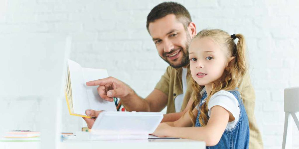 An einem kindgerechtem Schreibtisch fällt das Lernen leichter