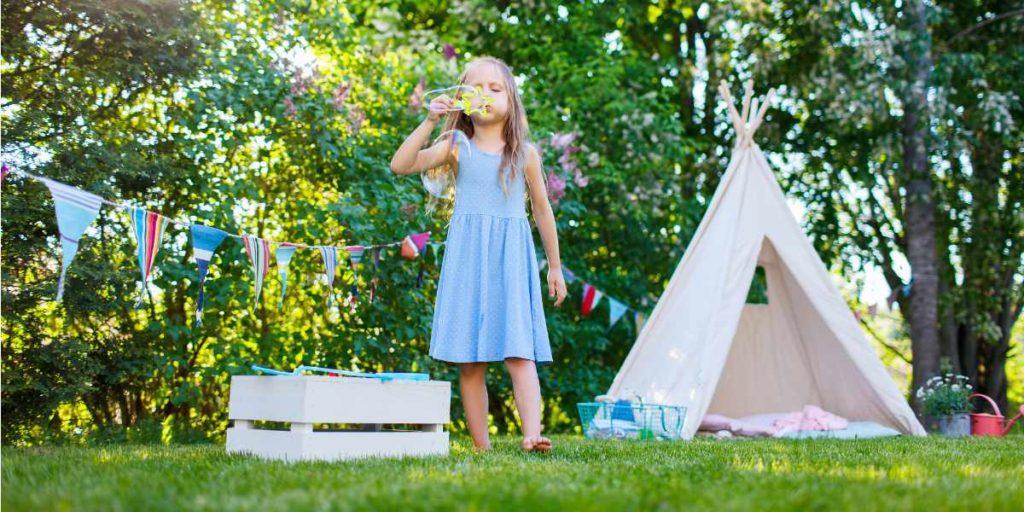 Ein wunderbarer Ort zum spielen ist das Kinder Tipi Zelt im Garten
