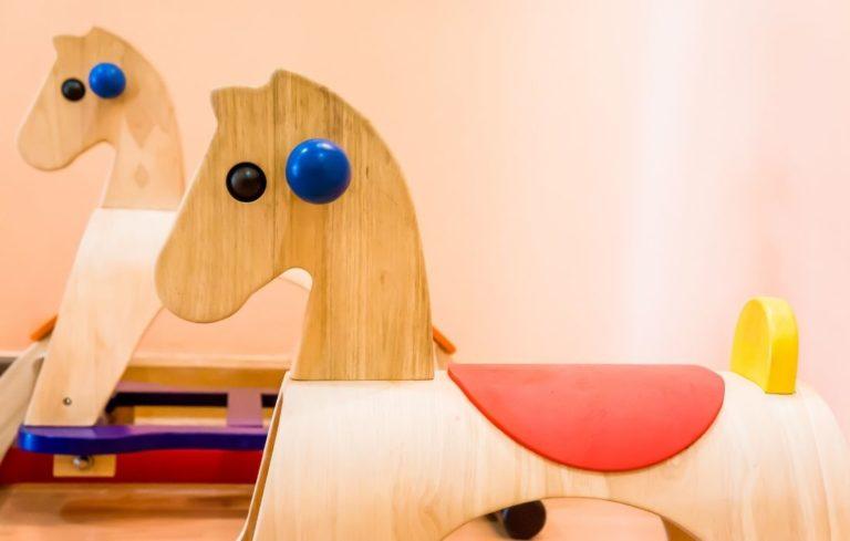 Das Schaukelpferd aus Holz ist der Klassiker der Schaukelpferde