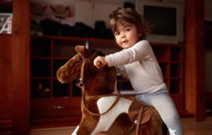Viele kleine Pferdefreunde träumen von einem eigenen Plüschpferd zum Reiten