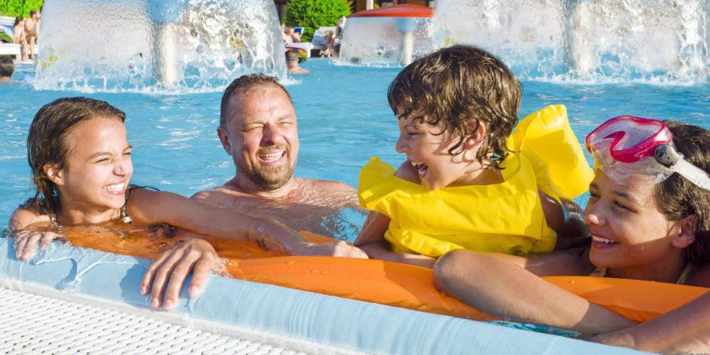 Die Wasserhängematte ist ein Pool Spaß für die ganze Familie