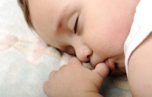 Kleinkind schläft im Babynest