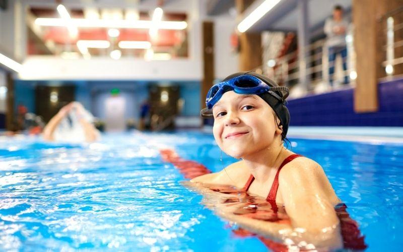 Herbst Aktivität mit Kindern Besuch im Schwimmbad