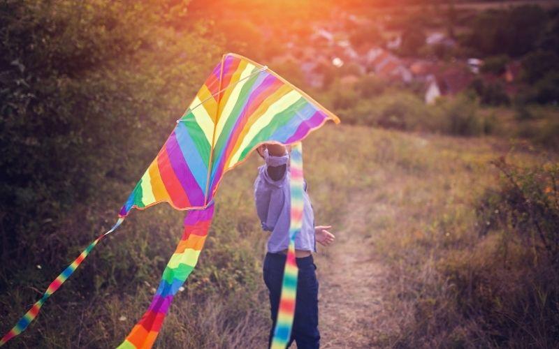 Herbst Aktivität mit Kindern Drachen steigen lassen