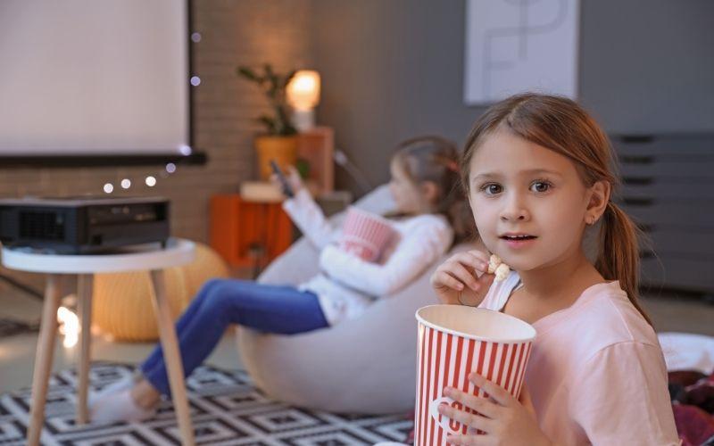 Herbst Aktivität mit Kindern Kinoabend auf dem Sofa