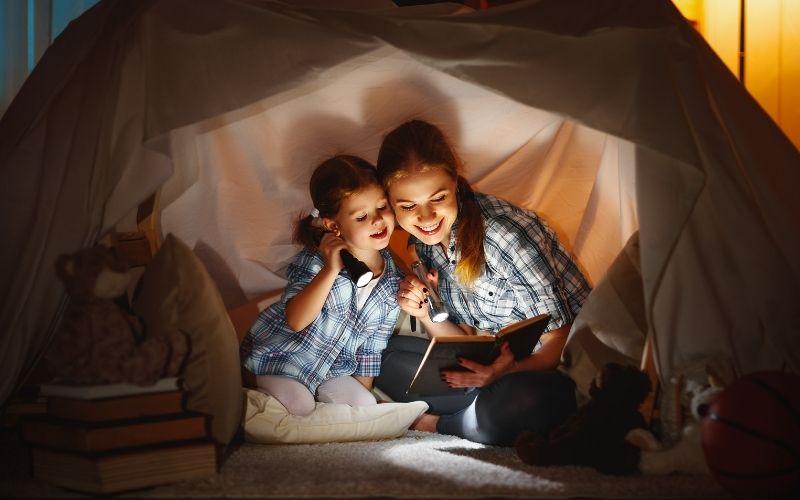 Herbst Aktivität mit Kindern Kuschelhöhle bauen