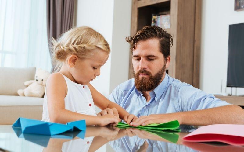 Herbst Aktivität mit Kindern Papierflieger basteln