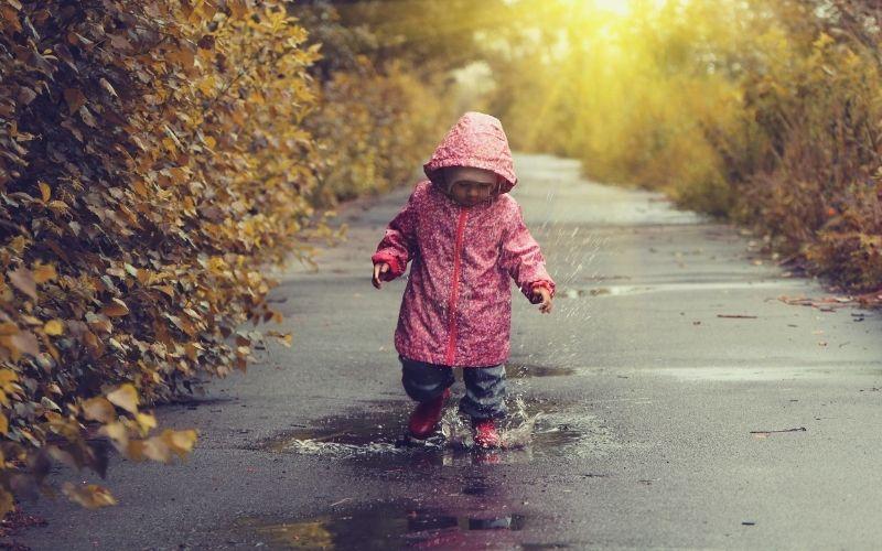 Herbst Aktivität mit Kindern Regen Spaziergang