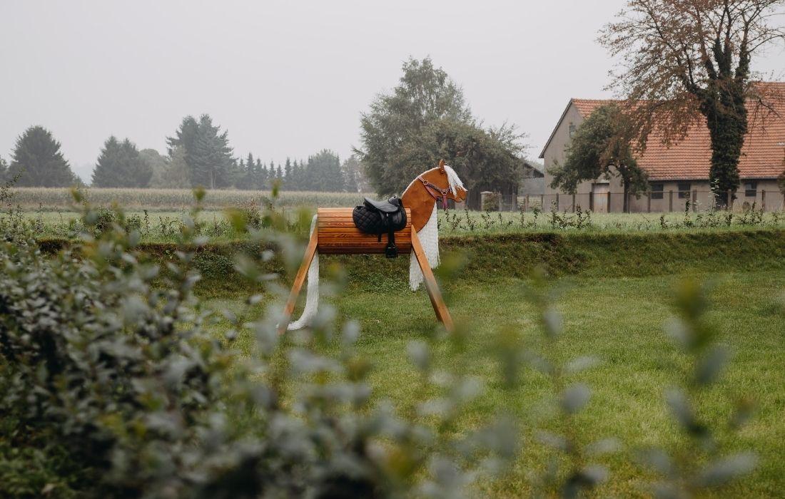 Ein Holzpferd im Garten
