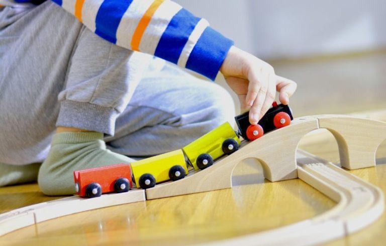 Brio Brücken erhöhen den Spielspaß der Holzeisenbahn
