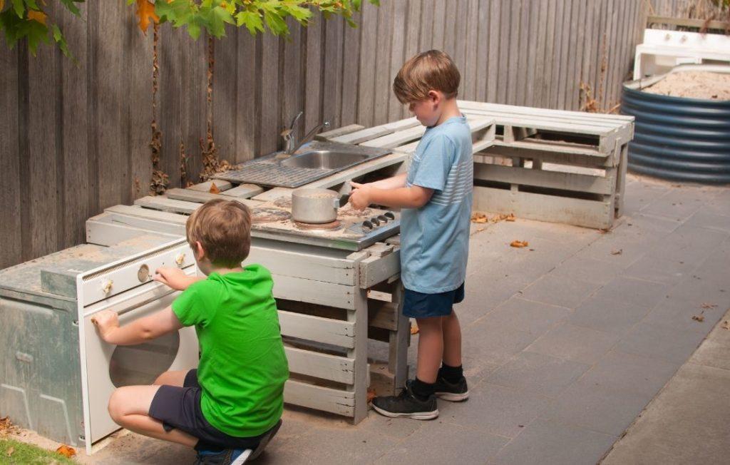 Kinder Matschküche im Garten