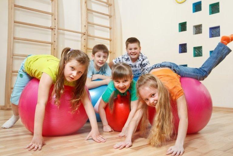 Kinder auf einem Hüpfball