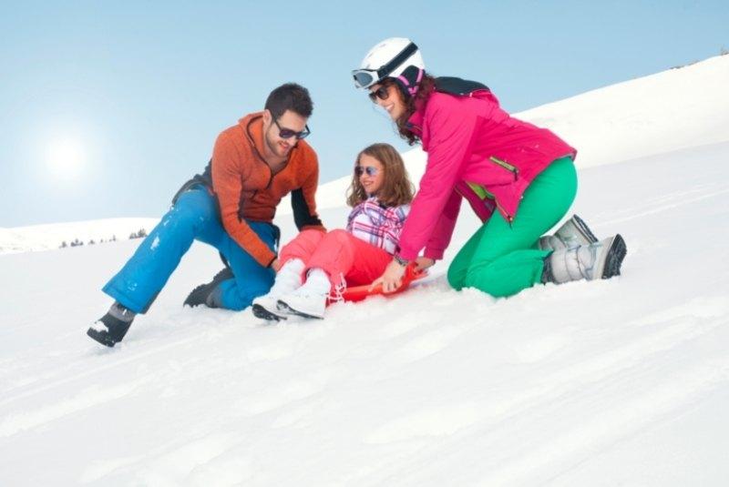 Kind mit Zipfelbob im Schnee