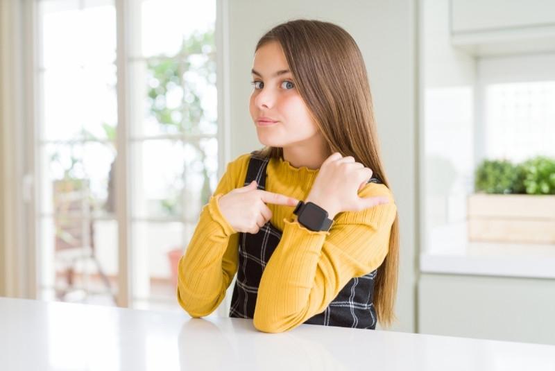 Mädchen trägt Kinder Uhr