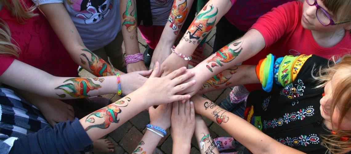 Kinder Tattoos: Farben und Glitzer, wohin das Auge reicht