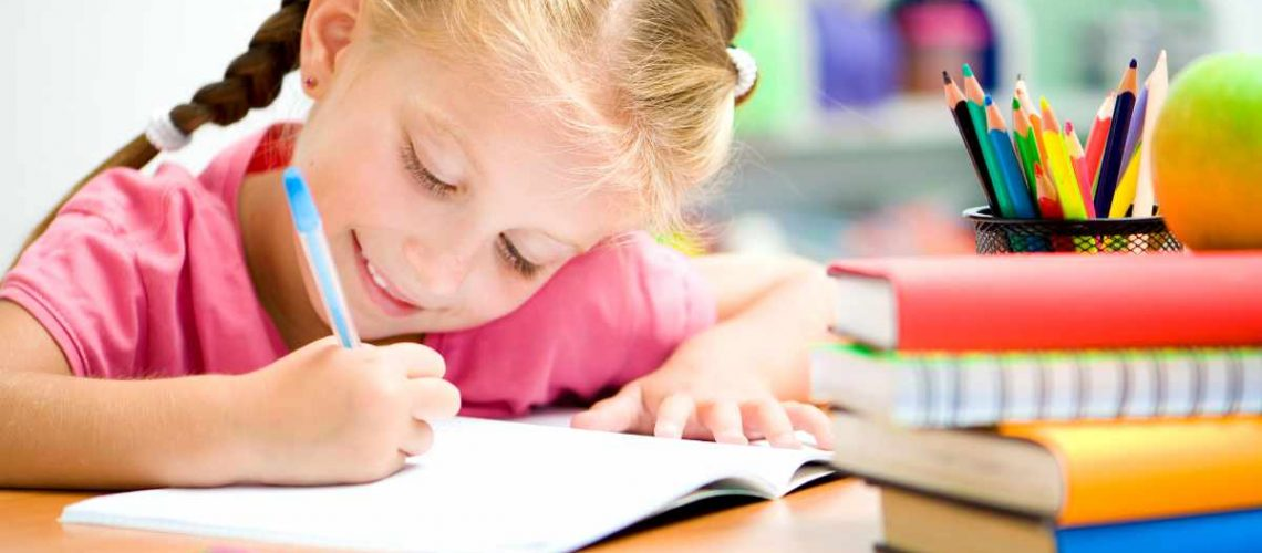 Mit einem Kinderschreibtisch fällt das lernen leichter